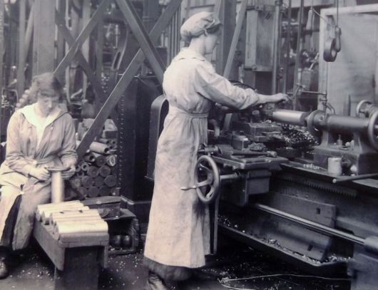 780px-Flickr_-_davehighbury_-_Women_workers_Woolwich_Arsenal_1917_London_(30)