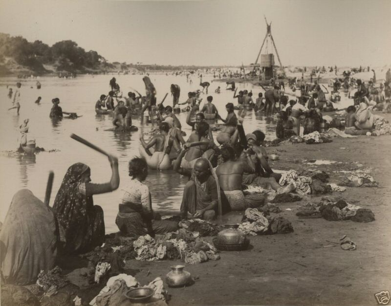 Women_washing_clothes_at_the_Sabarmati_river,_Ahmedabad_(late_19th_or_early_20th_century)